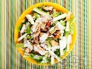 Зелена салата с пържени пилешки жулиени от гърди, тиквички, орехи и сос от майонеза, лимон и мед